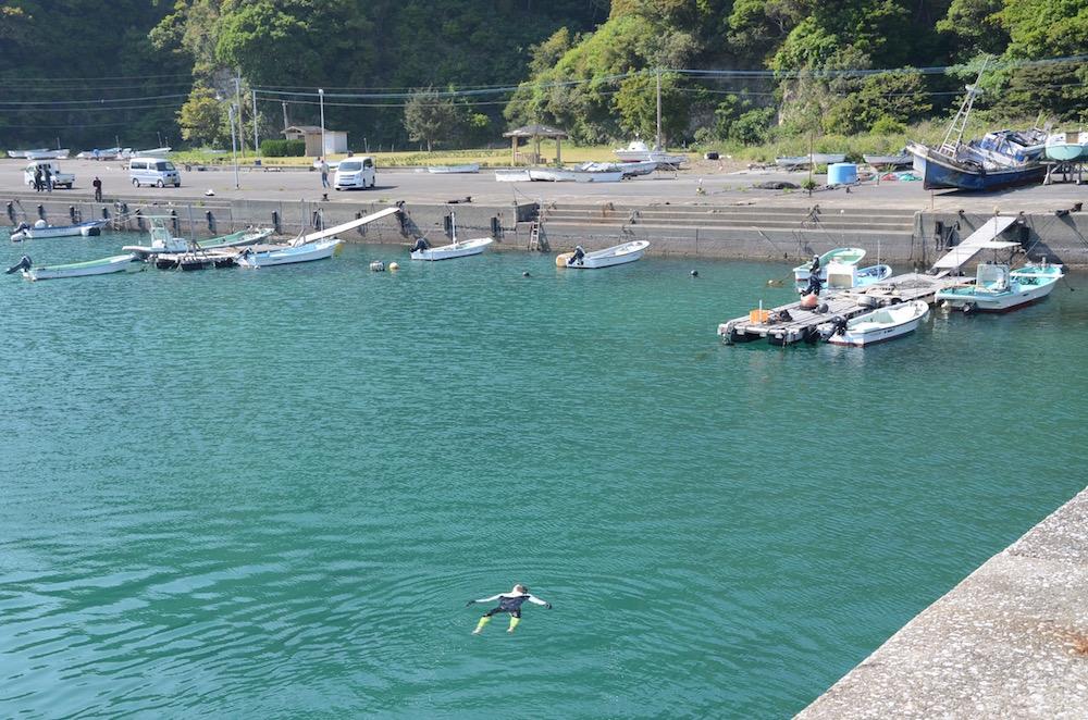 岸まで泳ぐ